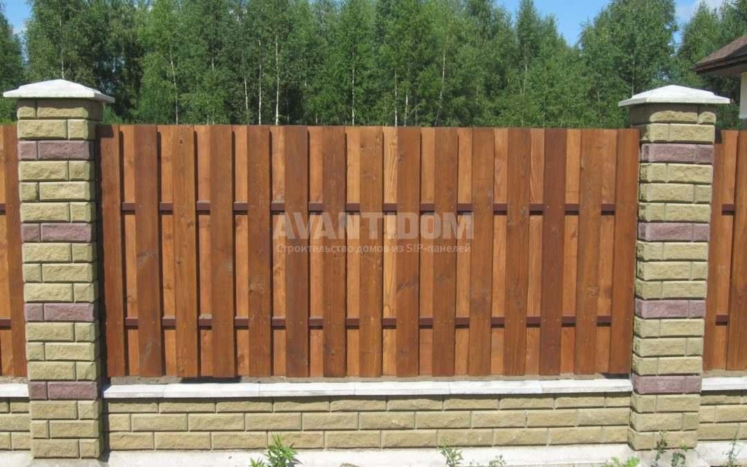 Деревянный забор для загородного дома, его преимущества и недостатки
